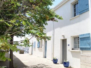 2 bedroom Villa with Pool, WiFi and Walk to Shops - 5046831