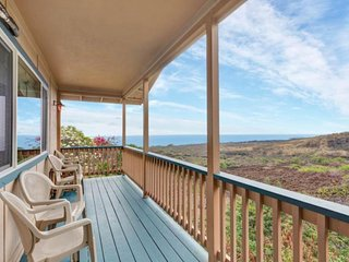 Cute, secluded home with an oceanview lanai - four blocks from the beach!