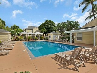 Comfortable condo w/ shared pool & hot tub plus view of golf course