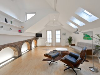KINGSWAY LOFT WITH PRIVATE TERRACE AND ELEVATOR