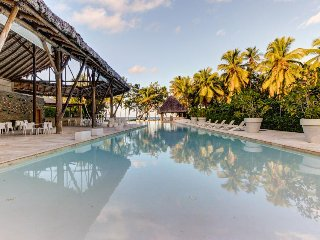 Relaxing condo w/ shared pool & outdoor jetted tub - steps from the beach!