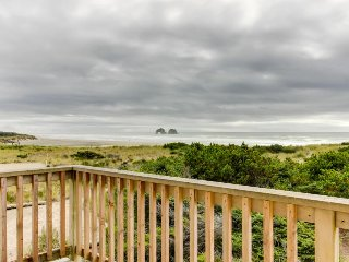 Luxurious oceanfront house w/ocean views, beach access & entertainment- dogs ok!
