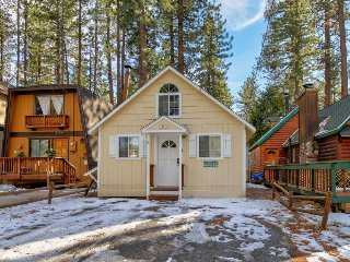Cozy, dog-friendly mountain cabin with private hot tub, close to skiing & hiking