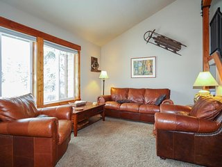 Convenient family-friendly condo w/ shared pool, hot tub, gym, & tennis!