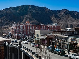 Luxury Condo Overlooking Historic Main Ave. - Great Deck and Mountain Views