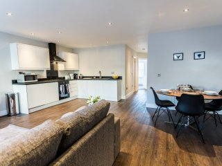 Cotswold Suite - Luxury Serviced Flat in Old Town with secure parking