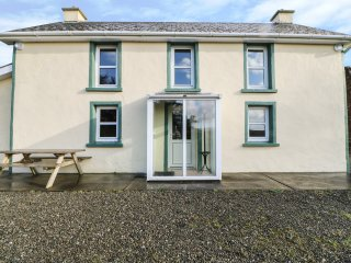TOOREEN FARMHOUSE, pet friendly, with a garden in Glengarriff, County Cork, Ref