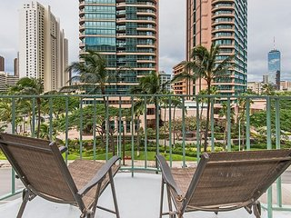 Beautiful 2BR, 1BA Waikiki Condo with Free Parking On-Site and Renovated!