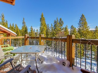 Private hot tub, epic views, minutes to mountain resorts!