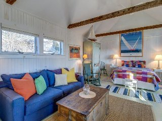 Studio cottage w/charming front porch & peak of bay - in town, close to harbor!