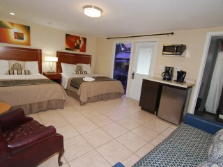 Studio/Guest-room 405, 2 QUEEN+ Sofa bed , Max 6 ps. GATED, BBQ, KITCHENETTE.