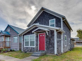 Dog-friendly cottage w/ free WiFi & private washer/dryer - minutes to beach!