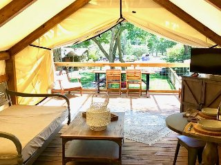 Stylish Glamping * Geronimo Creek Retreat! Insulated, AC&Heat w/ Kitchenette!