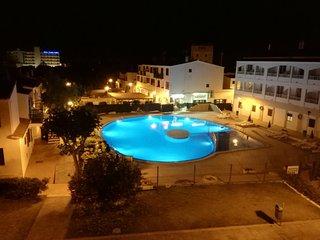 Bonito apartamento con piscina junto a la playa.
