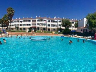 Apartamento recién reformado con piscina comunitaria.