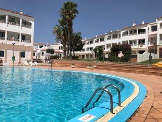 Agradable apartamento bajo con piscina y aire acondicionado.