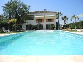 Beachside Villa – 2 Flats – 10x5m Pool, 10-Min to Sandy Beach/5-Star Golf, WiFi