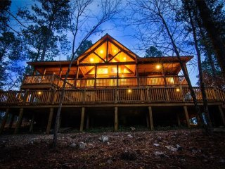 Brand New!  Indian Summer Cabin 3 BR 2 BTH Hot Tub Fire Ring Free Wifi Fireplace