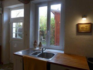 La cuisine et sa porte fermière sur le jardin