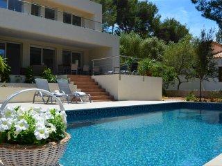 Mar y Montaña, Villa nueva en zona tranquila con piscina y sin hoteles