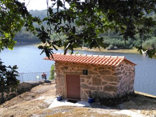 B&B Boavista: riverfront granite cottage