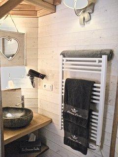Côté lavabo en pierre sèche serviettes, sèche cheveux et autres petits détails.