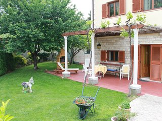 Charming garden apartment - a walk from the beach