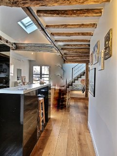 Kitchen:a bar with 2 bar stools, fridge, freezer, Induction hob, extractor hood, oven, microwave.