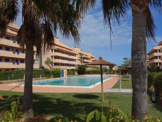 Apartamento muy amplio y confortable en urbanización con jardines y piscina.