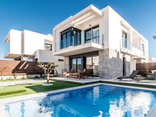 New modern villa, private pool, quiet urb., near supermarket/restaurants/golf