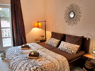 Lion Homestay Munich - Romantic room with balcony and spacious bathroom