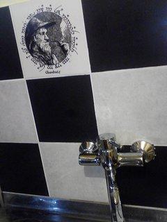 Tanto en la cocinacomo en el baño hay azulejos dibujados con la cara de Gandalf y de Bilbo Bolson.
