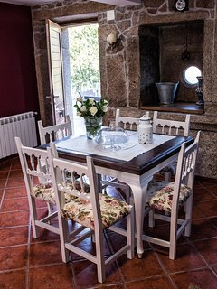 Una de las mesas que dan servicio en el interior de la casa