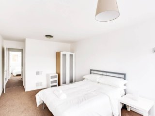 4BR Central Flat W/Balcony - 5 Mins Oxford Street