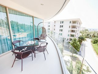 Suite Santa Cruz by TropicLook, holiday rental in Ban Khok Chang