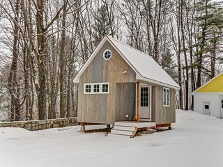 Newly Built Tiny House! Walk to No Conway Village! Wifi and Gas Log Stove