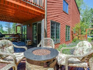 Family-friendly townhome in wooded setting w/ mountain views - close to slopes!