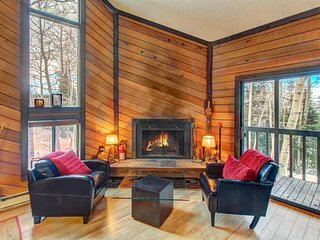 Cozy ski-in/ski-out chalet in a great location - family-friendly!