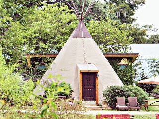 FUN Teepee * Geronimo Creek Retreat! Heated/AC-Insulated, Kayak, Fish Hot Tub
