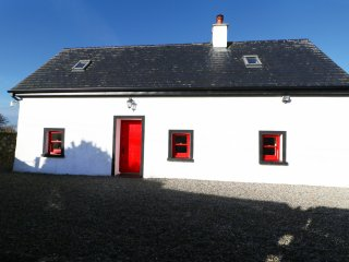 BELLVIEW COTTAGE, views of Lough Derg, open-plan, en-suite, Ref 961841