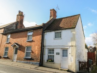 WEE COT, pet friendly, close to local amenities, charming retreat, in Brading