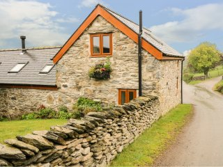 PENDRE UCHAF, pet-friendly, lovely views, enclosed garden, near Ruthin, Ref