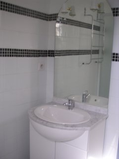 Toujours le salle d'eau avec son lavabo,rangement et grand miroir