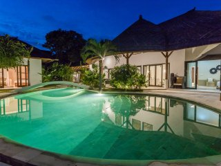 HUGE LUXURIOUS 4BR VILLA with POOL & JACUZZI on 1000 M2