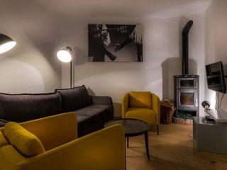 De loungehoek beschikt over sateliet tv en een houtkachel