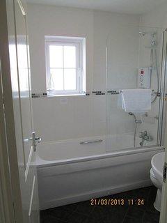 Famiglia bagno con doccia oltre