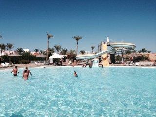 VILLA (220 m2) with 3 BD, private garden, pool+sea view / at AMWAJ Hotel, Nabq