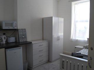 Large Modern Studio Flat, Beckenham 6