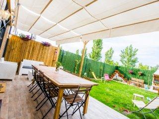 pérgola jardín, con mesa y sillas para comer y sillones descanso