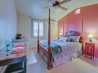 Carlisle Garden Suites - Pomegranate Suite